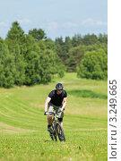 Купить «Прогулка на велосипеде молодого мужчины в летний солнечный день», фото № 3249665, снято 7 июня 2011 г. (c) CandyBox Images / Фотобанк Лори