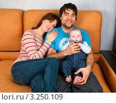 Купить «Молодая семья с ребенком», эксклюзивное фото № 3250109, снято 2 февраля 2012 г. (c) Куликова Вероника / Фотобанк Лори