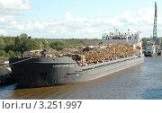 Судно-лесовоз на реке Свири (2006 год). Редакционное фото, фотограф Юрий Пирогов / Фотобанк Лори