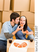 Купить «Парень и девушка едят пиццу на картонных коробках (крупный план)», фото № 3252097, снято 10 августа 2011 г. (c) CandyBox Images / Фотобанк Лори