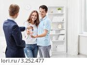 Купить «Риелтор  передает счастливой паре ключи от новой квартиры», фото № 3252477, снято 6 октября 2011 г. (c) Raev Denis / Фотобанк Лори