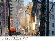 Купить «Снос пятиэтажки», эксклюзивное фото № 3252717, снято 14 февраля 2012 г. (c) Зобков Георгий / Фотобанк Лори