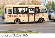 Купить «Маршрутный автобус», эксклюзивное фото № 3252965, снято 8 октября 2011 г. (c) Алёшина Оксана / Фотобанк Лори