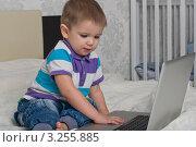 Малыш и компьютер. Стоковое фото, фотограф Сергей Высоцкий / Фотобанк Лори