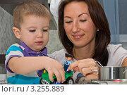 Мама и сын вместе играют. Стоковое фото, фотограф Сергей Высоцкий / Фотобанк Лори