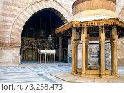 Купить «Вид на внутренний двор средневековой мечети и медресе султана Аль-Насра Мохаммеда ибн Калавуна на улице Аль-Моез в центре Каира, Египет», фото № 3258473, снято 21 января 2012 г. (c) Николай Винокуров / Фотобанк Лори