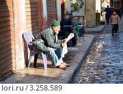 Купить «Египтянин читает утреннюю прессу на улице в старой части города Каира, Египет», фото № 3258589, снято 21 января 2012 г. (c) Николай Винокуров / Фотобанк Лори