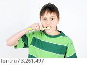 Мальчик чистит зубы. Стоковое фото, фотограф Владимир Одегов / Фотобанк Лори