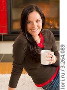 Купить «Девушка у камина с горячим напитком улыбается (крупный план)», фото № 3264089, снято 11 ноября 2011 г. (c) CandyBox Images / Фотобанк Лори