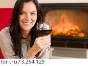 Купить «Молодая женщина с бокалом красного вина (крупный план)», фото № 3264129, снято 11 ноября 2011 г. (c) CandyBox Images / Фотобанк Лори