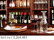 Купить «Стоящий на барной стойке поднос с бокалом белого вина», фото № 3264481, снято 30 ноября 2011 г. (c) CandyBox Images / Фотобанк Лори