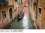 Гондольер катает пассажировпо Венеции (2010 год). Редакционное фото, фотограф Sergey Borisov / Фотобанк Лори