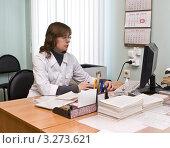 Врач в кабинете работает за компьютером (2012 год). Редакционное фото, фотограф ИВА Афонская / Фотобанк Лори