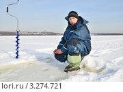 Купить «Рыболов на зимней рыбалке», эксклюзивное фото № 3274721, снято 20 февраля 2012 г. (c) Елена Коромыслова / Фотобанк Лори