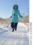 Купить «Удивленная девушка, прыгающая в зимнем лесу», фото № 3274945, снято 18 февраля 2012 г. (c) Александр Тараканов / Фотобанк Лори