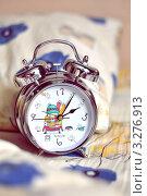 Купить «Будильник с собачкой на фоне подушки», фото № 3276913, снято 21 февраля 2012 г. (c) Елена Шуршилина / Фотобанк Лори