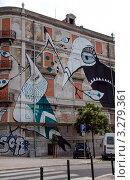 Купить «Граффити на стене дома, Лиссабон, Португалия», фото № 3279361, снято 6 июля 2011 г. (c) Светлана Колобова / Фотобанк Лори