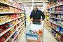 Мужчина совершает покупки в супермаркете, фото № 3284109, снято 28 июля 2017 г. (c) Дмитрий Калиновский / Фотобанк Лори
