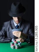 Купить «Мужчина в шляпе и костюме играет в казино», фото № 3285905, снято 17 января 2012 г. (c) Elnur / Фотобанк Лори