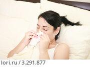 Купить «Девушка чихает в платок, лежа в постели», фото № 3291877, снято 23 января 2012 г. (c) David Castillo Dominici / Фотобанк Лори