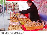 Купить «Продавец сладостей. Ярмарка стран - членов Евросоюза в Антверпене», эксклюзивное фото № 3293897, снято 24 июля 2011 г. (c) Илюхина Наталья / Фотобанк Лори