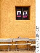 Купить «Вид на пустые скамейки и наклеенные портреты женщины в парандже в окнах дома, Египет», эксклюзивное фото № 3294637, снято 24 января 2012 г. (c) Николай Винокуров / Фотобанк Лори