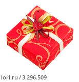 Подарочная коробка с лентой и сердцем на белом фоне. Стоковое фото, фотограф Даниил Кириллов / Фотобанк Лори