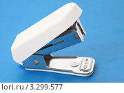 Купить «Белый канцелярский степлер на голубом фоне», фото № 3299577, снято 22 марта 2019 г. (c) Losevsky Pavel / Фотобанк Лори