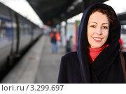 Купить «Молодая женщина в пальто с капюшоном стоит на платформе», фото № 3299697, снято 31 декабря 2009 г. (c) Losevsky Pavel / Фотобанк Лори