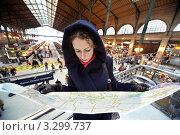 Купить «Молодая женщина с картой Парижа на втором этаже вокзала Gare de l'Est», фото № 3299737, снято 31 декабря 2009 г. (c) Losevsky Pavel / Фотобанк Лори