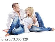 Купить «Счастливая семейная пара в джинсах и белых рубашках», фото № 3300129, снято 4 апреля 2010 г. (c) Losevsky Pavel / Фотобанк Лори