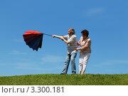 Купить «Пожилые мужчина и женщина стоят на зелёной траве с красным зонтиком», фото № 3300181, снято 22 июня 2010 г. (c) Losevsky Pavel / Фотобанк Лори