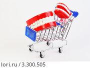 Купить «Искусственные челюсти на ножках  в тележке супермаркета», фото № 3300505, снято 1 октября 2010 г. (c) Losevsky Pavel / Фотобанк Лори