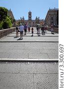 Купить «Туристы идут  вверх по лестнице к  Палаццо Сенаторио. Рим, Италия», фото № 3300697, снято 2 августа 2010 г. (c) Losevsky Pavel / Фотобанк Лори