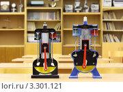 Купить «Две модели двигателя внутреннего сгорания в школьном классе», фото № 3301121, снято 14 октября 2010 г. (c) Losevsky Pavel / Фотобанк Лори