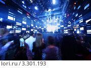 Купить «Большая группа людей в ночном клубе возле сцены», фото № 3301193, снято 1 февраля 2011 г. (c) Losevsky Pavel / Фотобанк Лори