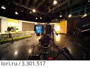 Купить «Профессиональная черная видеокамера в телевизионной студии», фото № 3301517, снято 16 октября 2018 г. (c) Losevsky Pavel / Фотобанк Лори