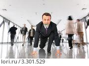 Купить «Бизнесмен с долларом во рту на низком старте», фото № 3301529, снято 20 марта 2019 г. (c) Losevsky Pavel / Фотобанк Лори