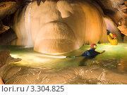 Спелеологи в обводнённой пещере. Стоковое фото, фотограф Кирилл Багрий / Фотобанк Лори