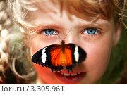 Купить «Бабочка сидит на лице девочки», фото № 3305961, снято 28 марта 2009 г. (c) Gennadiy Poznyakov / Фотобанк Лори