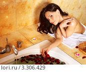 Купить «Красивая молодая женщина готовит ванну с лепестками роз», фото № 3306429, снято 7 мая 2011 г. (c) Gennadiy Poznyakov / Фотобанк Лори