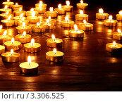 Много горящих свечей на темном фоне. Стоковое фото, фотограф Gennadiy Poznyakov / Фотобанк Лори