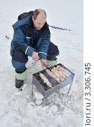 Купить «Мужчина жарит шашлык на зимней рыбалке», эксклюзивное фото № 3306745, снято 26 февраля 2012 г. (c) Елена Коромыслова / Фотобанк Лори