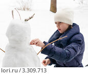 Купить «Девочка подросток делает лицо  снеговика», эксклюзивное фото № 3309713, снято 25 февраля 2012 г. (c) Игорь Низов / Фотобанк Лори