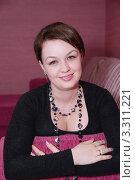 Девушка сидит на диване. Стоковое фото, фотограф Ольга Богданова / Фотобанк Лори