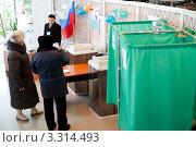 Купить «Избиратели голосуют на избирательном участке. Выборы президента 4 марта 2012 года», фото № 3314493, снято 4 марта 2012 г. (c) Александр Подшивалов / Фотобанк Лори