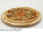 Овощная пицца с баклажанами и перцем на деревянной тарелке. Стоковое фото, фотограф Ирина Уйбапу / Фотобанк Лори