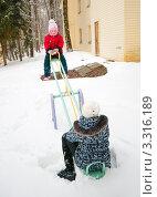 Купить «Две девочки качаются на качелях зимой», эксклюзивное фото № 3316189, снято 26 февраля 2012 г. (c) Игорь Низов / Фотобанк Лори