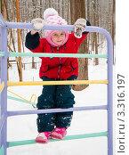 Купить «Маленькая девочка зимой на лестнице в детском городке», эксклюзивное фото № 3316197, снято 26 февраля 2012 г. (c) Игорь Низов / Фотобанк Лори