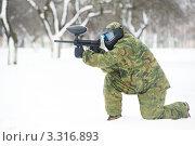 Купить «Мужчина играет в пейнтбол в зимнем парке», фото № 3316893, снято 16 января 2019 г. (c) Дмитрий Калиновский / Фотобанк Лори